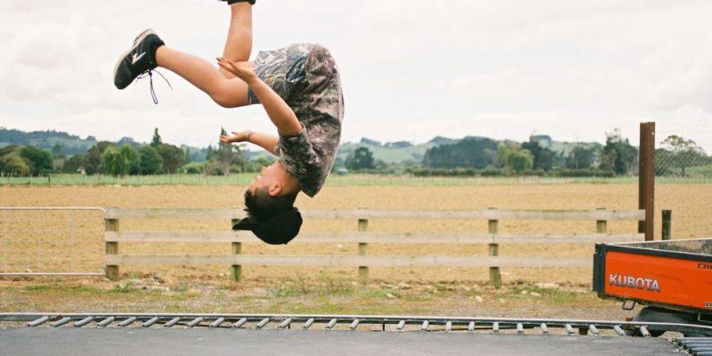 Spring dig i form på en trampolin